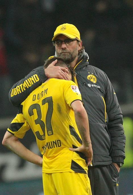 Dortmundin päävalmentaja Jürgen Klopp lohdutti puolustaja Erik Durmia Frankfurtille kärsityn tappion jälkeen 30. marraskuuta.