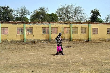 Tyttärensä vuosi sitten sieppauksessa menettänyt nigerialaisäiti kulkee koulun ohi, josta yli 200 tyttöä siepattiin. Tytöt ovat yhä kateissa.