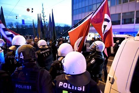 Poliisi pysäytti itsenäisyyspäivänä hakaristilippuja kantaneita mielenosoittajia Helsingissa Hakaniemen torin tuntumassa. Neljää miestä epäillään kiihottamisesta kansanryhmää vastaan kyseisten tapahtumien perusteella.