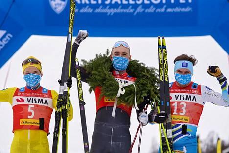 Ari Luusua (oik.) tuuletti Årefjällsloppetin palkintokorokkeella voittaja Andreas Nygaardin ja toiseksi sijoittuneen Stian Hoellgaardin kanssa.