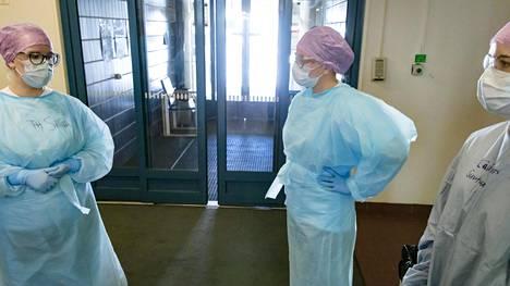 Terveydenhoitaja Sanna Virta (vas.) sekä terveyskeskuslääkärit Mimi Rantanen ja Suvituuli Lehtovirta saivat valita, haluavatko työskennellä koronaterveysasemalla.