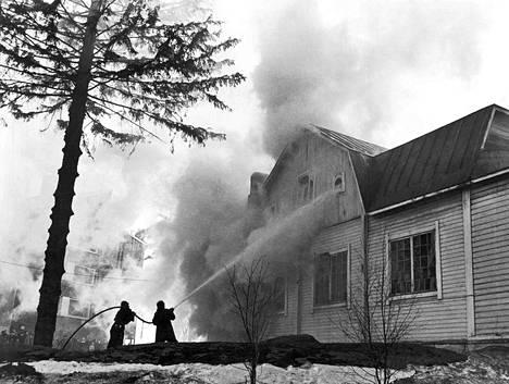 Yhteensä yhdeksän palokuntaa taisteli koko illan vanhassa puurakennuksessa kytevän tulen sammuttamiseksi Haagassa. Rakennuksessa oli mm. lasten päiväkoti ja Haagan nuorisoseuran tiloja.