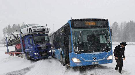 Autojenkuljetusrekka oli luisunut tiensivuun Kehä kolmosen rampilla Aviapoliksen kohdalla. Muu liikenne joutui taiteilemaan ohi parhaansa mukaan.