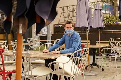The Blue Boat -pubiravintolan päällikkö Thomas Martin kertoi pöytävarausten tulvasta. Maanantaiaamuna terassia valmisteltiin asiakkaita varten.