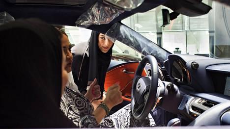 Automyyjä Haifa al-Sehli esittelee Lexusta automyymälässä Jeddassa. Sosiologian kandidaatti al-Sehli on ollut automyyjänä kolme kuukautta ja on toistaiseksi liikkeen ainoa naismyyjä.