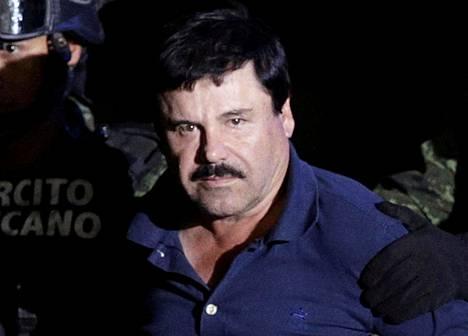 """Joaquin """"El Chapo"""" Guzmanin sotilaiden huostassa Mexíco Cityssä tammikuussa 2016."""
