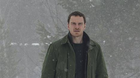 Michael Fassbender talvimaisemassa.