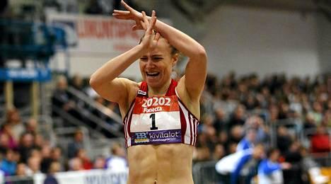 Ella Räsänen rikkoi Riitta Salinin vuonna 1976 juokseman 400 metrin sisäratojen Suomen ennätyksen.