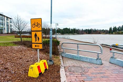 Talvikauden ajan jalankulkijat ja pyöräilijät ohjataan Annikanpuiston sijaan kulkemaan Neitojenpolun kautta.