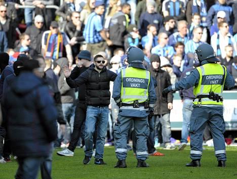 Jalkapallo-ottelu jouduttiin keskeyttämään sunnuntaina Helsingborgissa Olympia-stadionilla, kun Djurgårdenin kannattajat kuulivat huhuja kuolemantapauksesta ja alkoivat mellakoida.