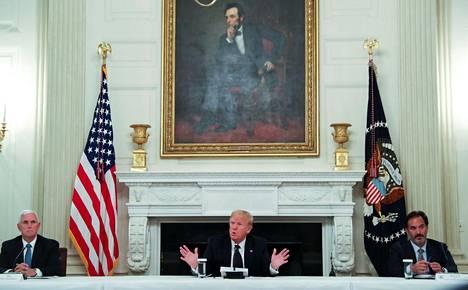 Presidentti Donald Trump kertoi maanantaina, että hän ottaa päivittäin hydroksiklorokiinia ennaltaehkäisevänä koronalääkityksenä.