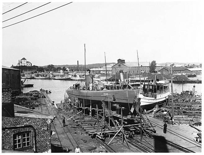Vetehinen Crichton-Vulcanin telakalla Turussa koeajojen yhteydessä 1930–1931. Vasemmalla on puinen telakkahalli, jossa sukellusveneet rakennettiin. Aurajoen toisella puolella näkyvät niin sanotut Linnanpuomin ja Kruununmakasiinin rakennukset, joissa toimii nykyään Merikeskus Forum Marinum.