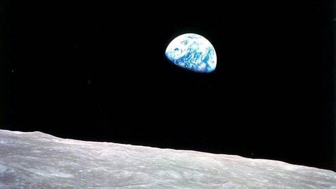 Jouluaattona 50 vuotta sitten Apollo 8 -aluksella kuuta kiertänyt astronautti Bill Anders otti kuvan, jossa maa nousee kuun takaa. Maannousuksi ristitystä kuvasta on sittemmin tullut avaruustutkimuksen ikoni.