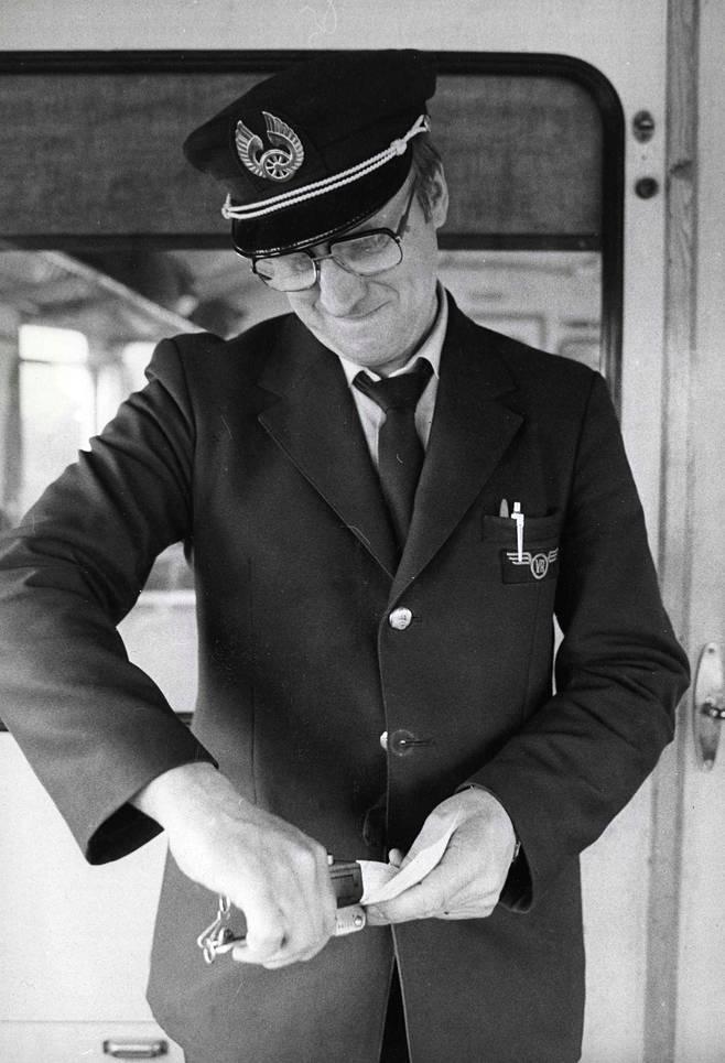 Konduktööri leimasi matkalippua paikallisjunassa 1982.