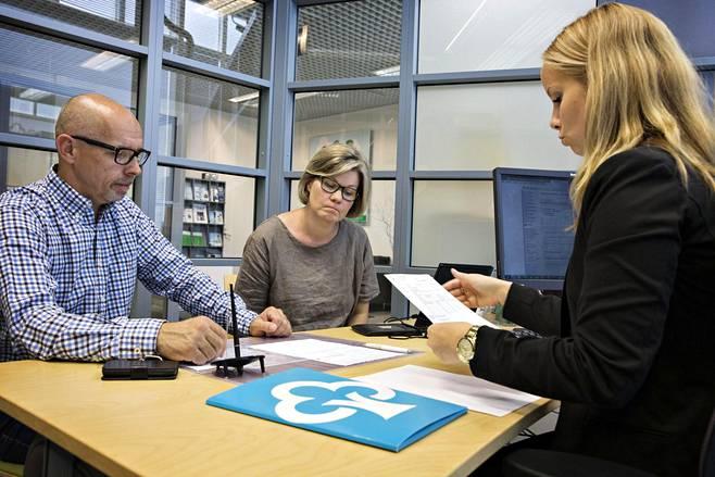 Jaana ja Tapio Ahlblad tekivät asuntolainasopimusta Nooa Säästöpankissa vuonna 2015. Oikealla pankkitoimihenkilö Anni Olkinuora.