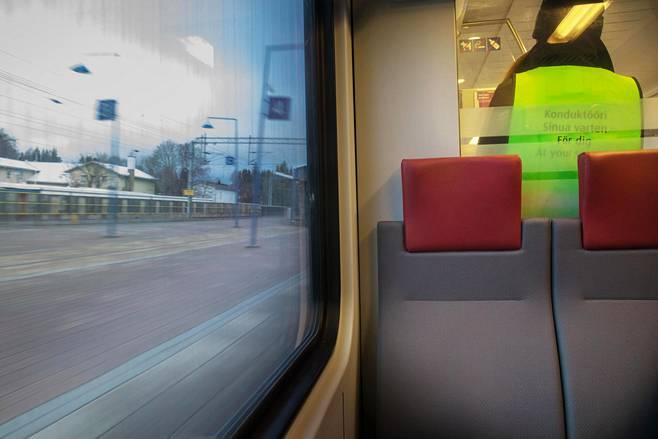 Konduktööri junassa matkalla lentoasemalta Helsinkiin.