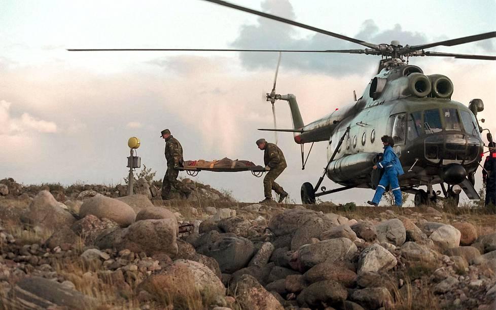 Estonia-turman uhria tuotiin armeijan helikopterilla Utön linnakkeelle 28. syyskuuta 1994.