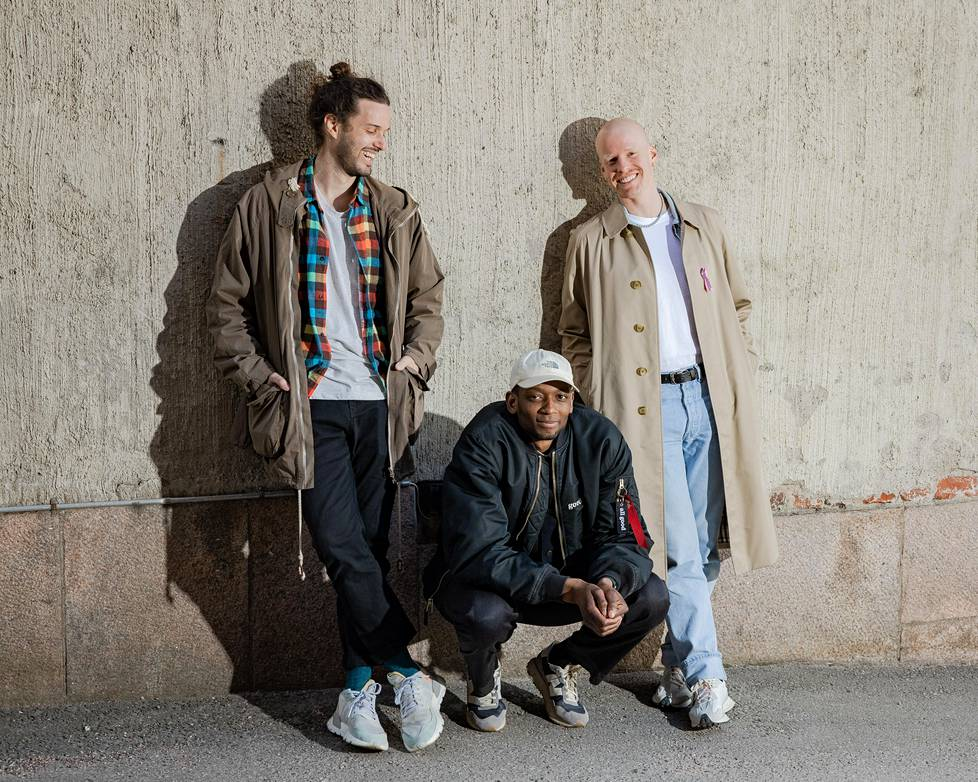 Nasim Selmani (vas.), Nosh A Lody ja Miro Olsoni perustivat Jäbät & Tunteet -podcastin, jossa he ovat käsitelleet muun muassa pelkoa ja surua.