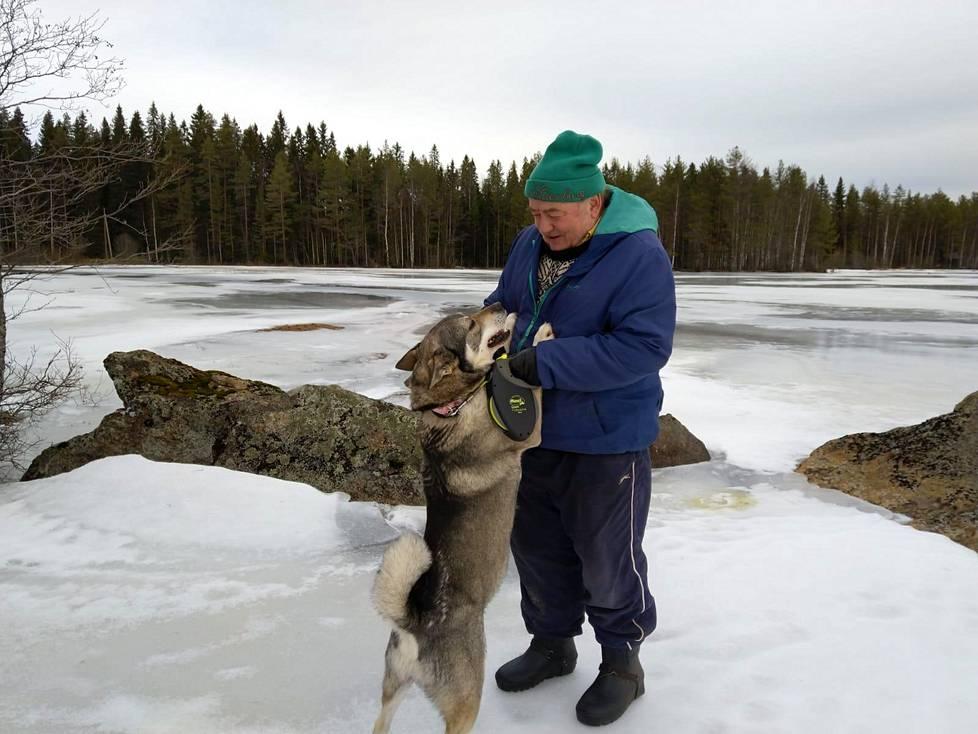 71-vuotias Arto Vehviläinen ja Vili kävelyllä luonnossa Suonenjoella.