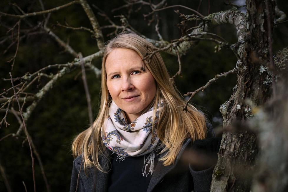 Ilona Suojanen huomasi kymmenisen vuotta sitten olevansa töissä usein onneton. Havaintoa seuranneet pohdinnat johdattivat hänet onnellisuustutkimuksen pariin.