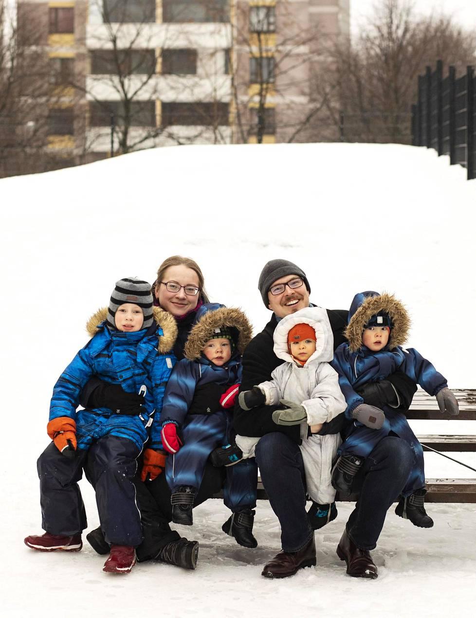 Tiia ja Simo Syrman ja heidän lapsensa Eero (vas.), Vilho, Iida ja Aarni kotikulmilla Pasilassa.
