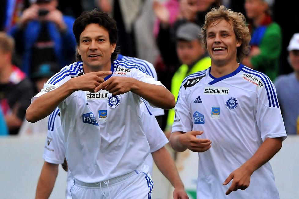 HJK:n Jari Litmanen ja Teemu Pukki tuulettivat liigaottelussa Jyväskylässä elokuussa 2011.