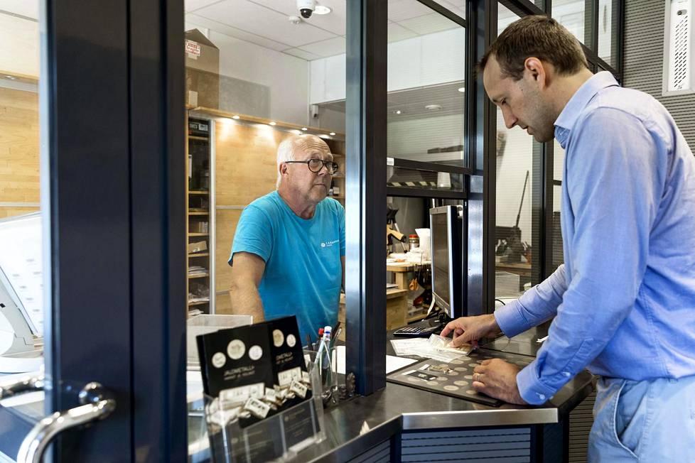 Toimittaja Tuomas Niskakangas ostaa kultaharkkoa K.A. RasmusseniltaEtelärannasta. Harkon myy kultaseppä Timo Mattsson.