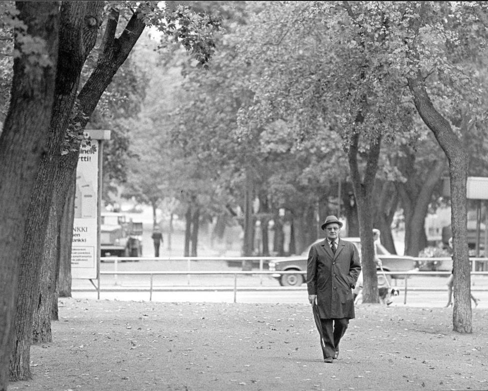 Kirjailija Väinö Linna käveli Tampereen Hämeenpuistossa.