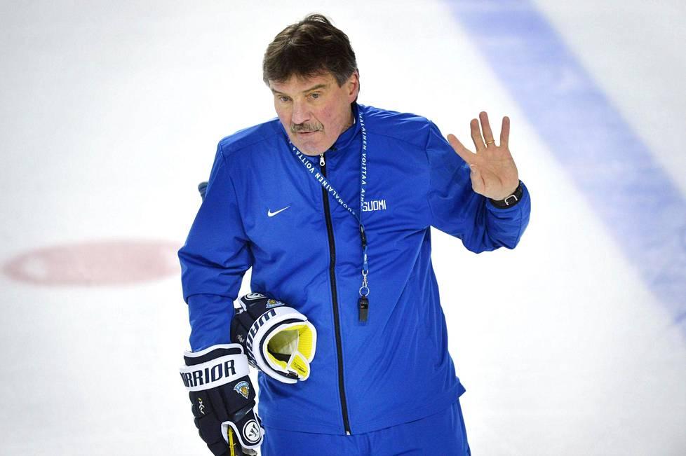 Kari Eloranta naisten jääkiekkomaajoukkueen harjoituksissa Gangneungissa lauantaina.