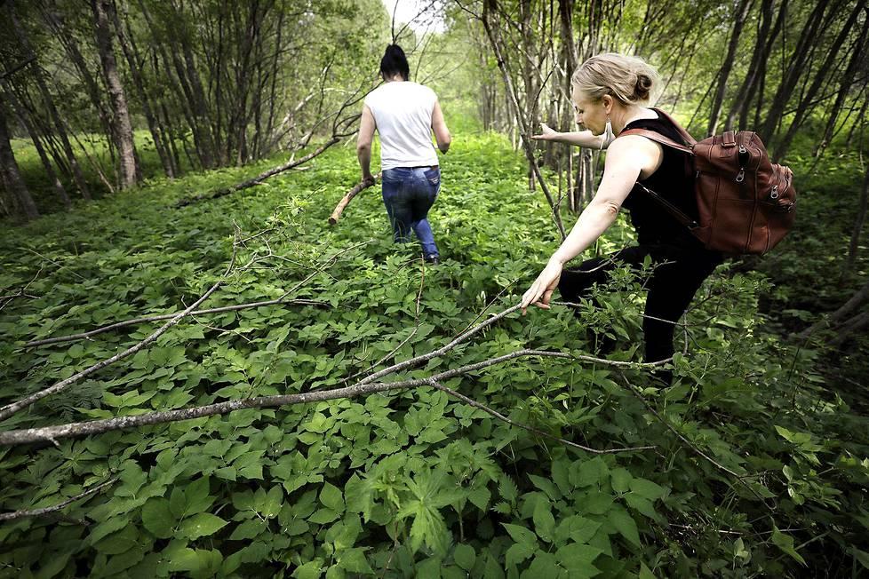 Irina Kozina kulkee oppaana edellä, kun Anni Valtonen etsii isänsä suvun entistä kotitaloa Laatokan Karjalassa.