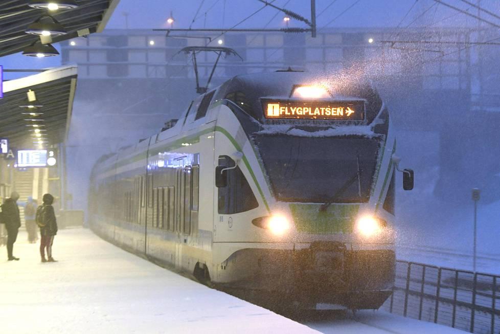 VR:n lähijuna lumisella Tapanilan asemalla.