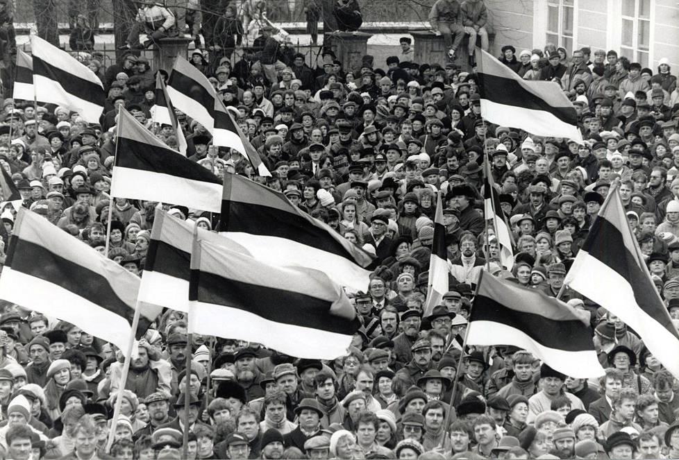 Virolaiset viettivät itsenäisyyspäiväänsä Tallinnassa 24. helmikuuta 1990, jolloin Viro oli vielä osa Neuvostoliittoa. Veilä vähän aiemmin Viron tasavallan lippu oli kielletty.