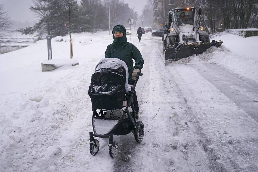 Saara Toivonen on päivän toisella kävelyllä viisi kuukautta vanhan poikansa Antto Haatajan kanssa Helsingin Taivallahdessa 12. tammikuuta 2021. Katuja aurattiin mutta välillä vaunujen työntäminen syvässä lumessa oli vaikeaa.