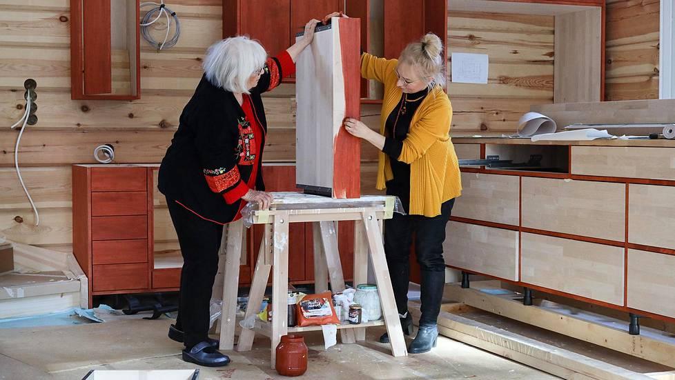 Sirpa Kauppisen keittiön maalaus on vielä kesken. Maali on valmistettu itse puhtaasta pellavaöljystä, johon on sekoitettu rautaoksidia.
