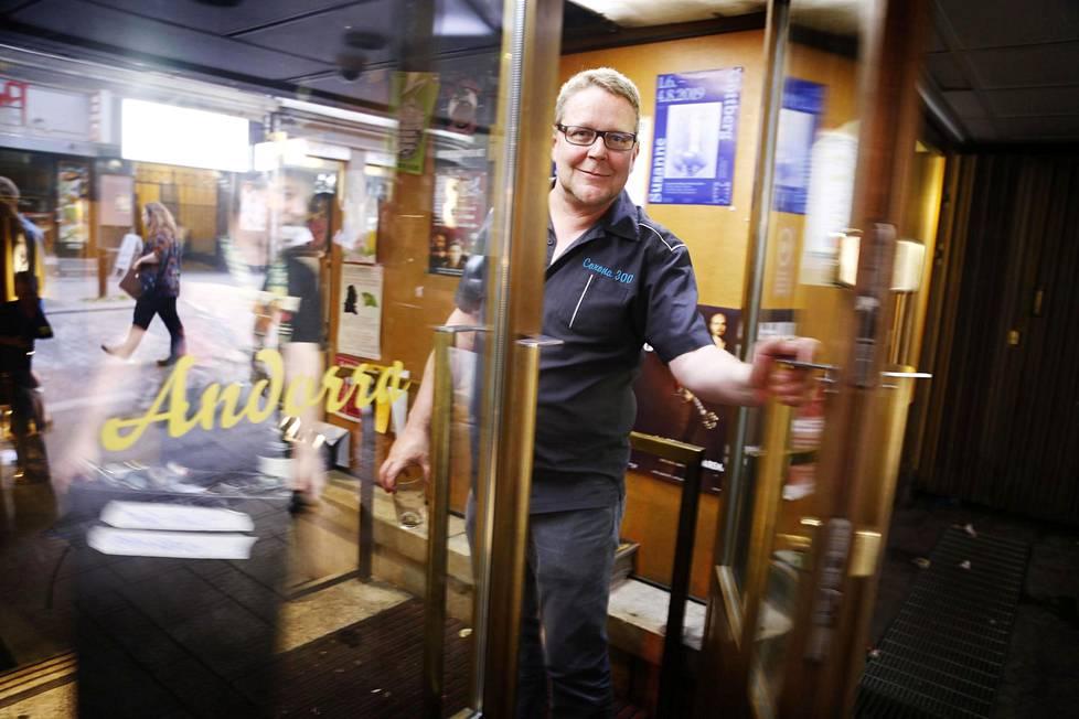 Corona-baarin toimitusjohtaja Heikki Heimo sulkee oven viimeistä kertaa kello 4.20 aamulla.
