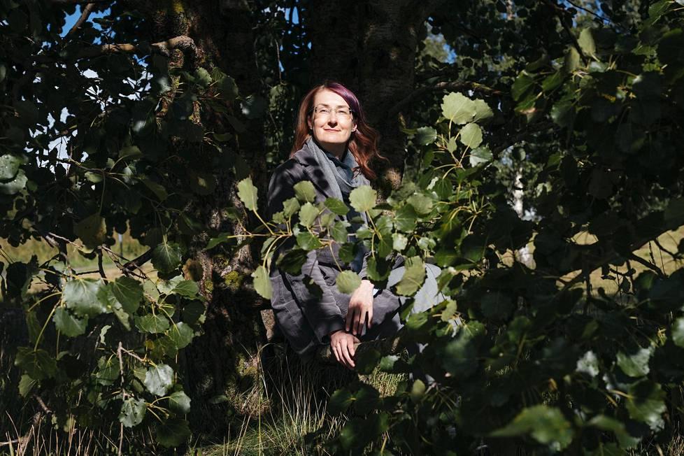 Emmi Itäranta kirjoitti Kuunpäivän kirjeet -romaaniaan kolme ja puoli vuotta. Omassa elämässä olivat silloin pinnalla kodin etsiminen, kodin kaipuu ja valtava menetyksen tunne.