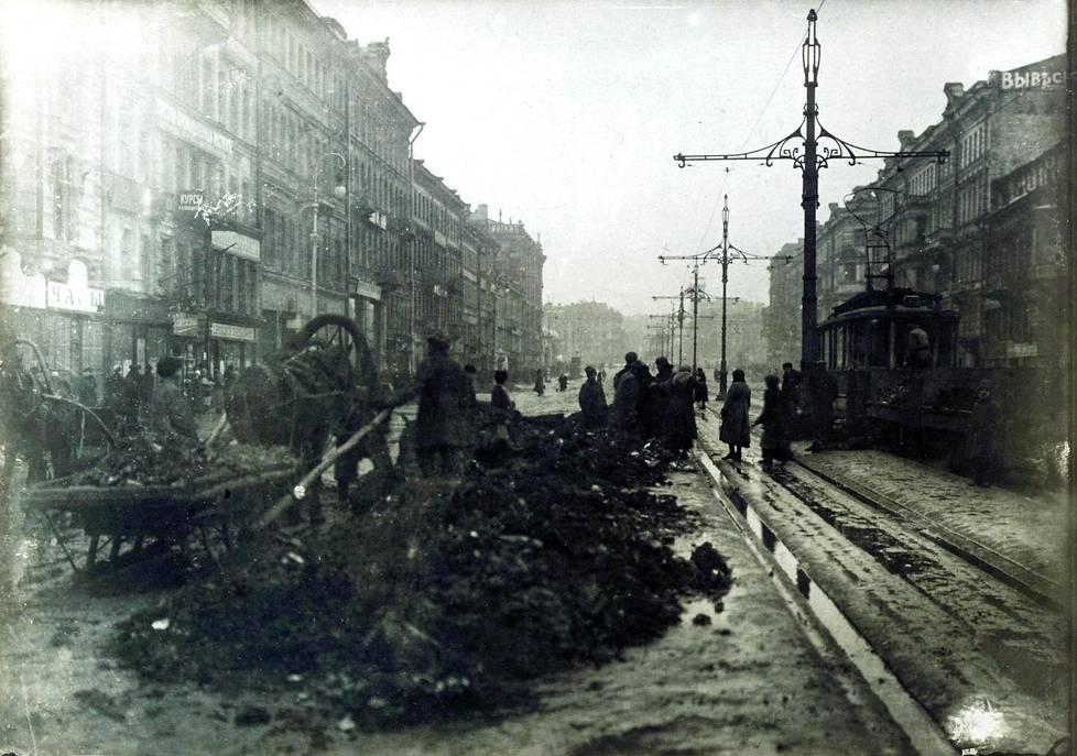 Maailmansota ja Venäjän sisällissota olivat tehneet Pietarissa järkyttävää tuhoa. Vuonna 1919 Nevski prospektilla näytti tältä.
