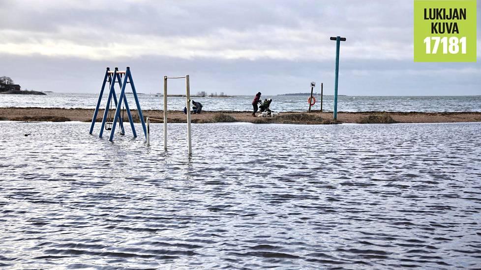 Leikkipuisto oli tulvaveden vallassa Lauttasaaren Kasinorannassa sunnuntaina.