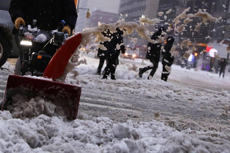 Lumilinko lennättää lunta Manhattanilla.