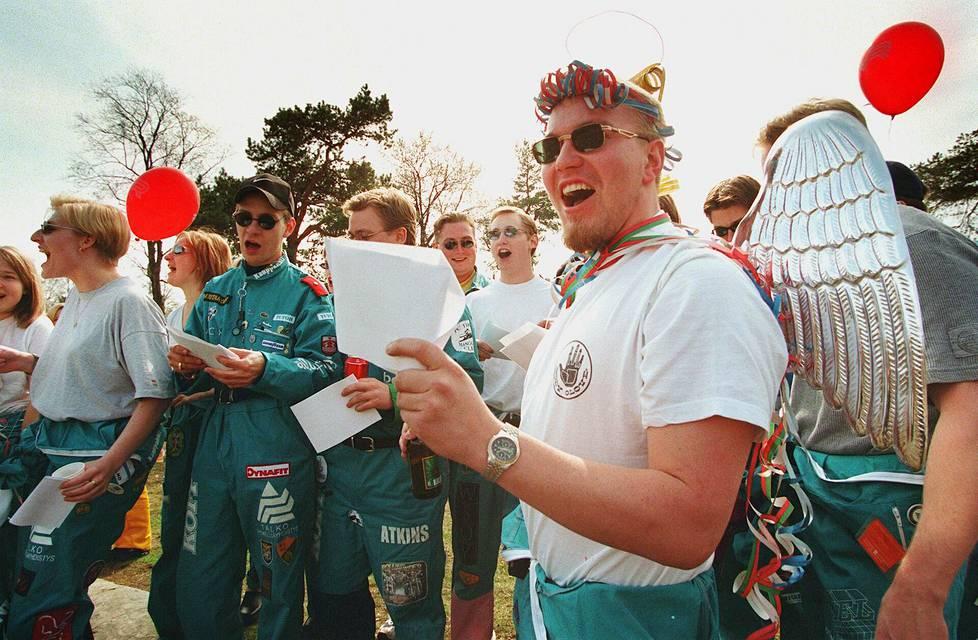 Ammattikorkeakoululaisten juomalaulukilpailu vappuaattona Kaivopuistossa vuonna 1998.