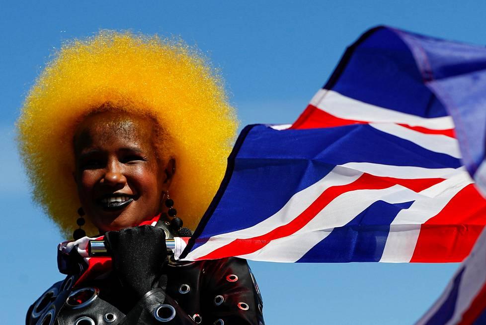 Nainen liehutti Britannian lippua Lontoon Wellington Archin läheisyydessä prinssi Philipin hautajaispäivänä.