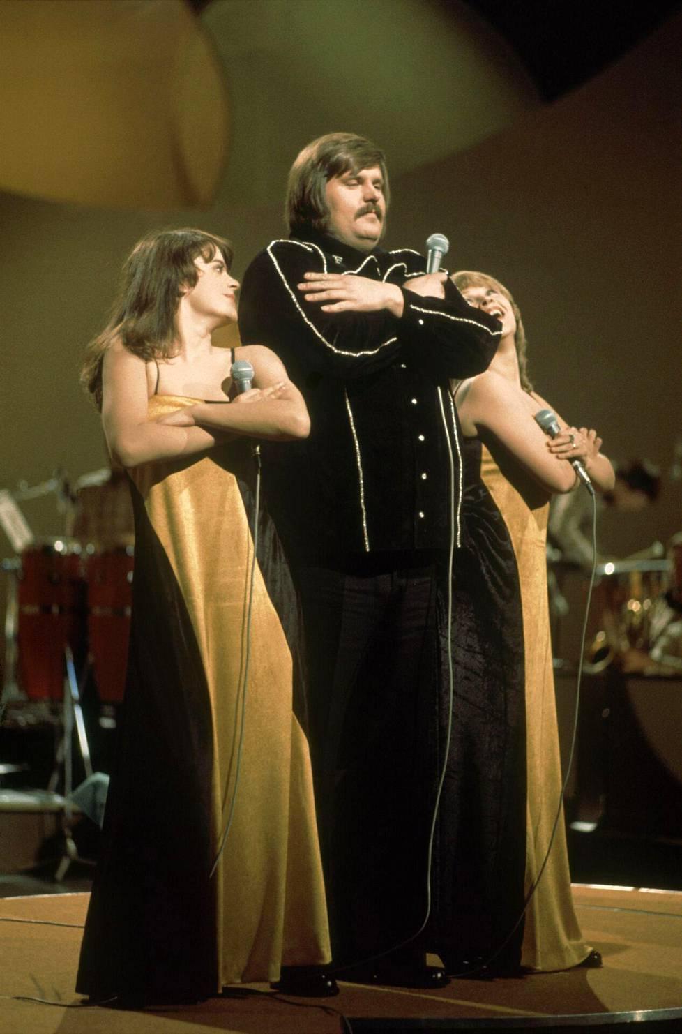 Fredi ja Ystävät esittivät vuonna 1976 Haagissa Suomen euroviisukappaleen Pump, pump. Kuvassa taustalaulajista Titta Jokinen ja Anneli Koivisto.