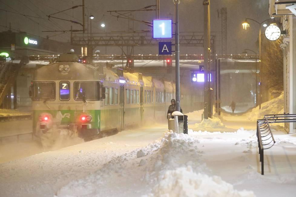 Keravan juna-asemalla pöllysi lumi.