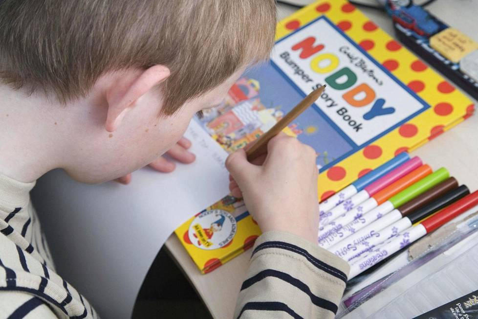 Autismikirjon häiriöt ovat pojilla ja miehillä 4–5 kertaa yleisempiä kuin tytöillä ja naisilla.