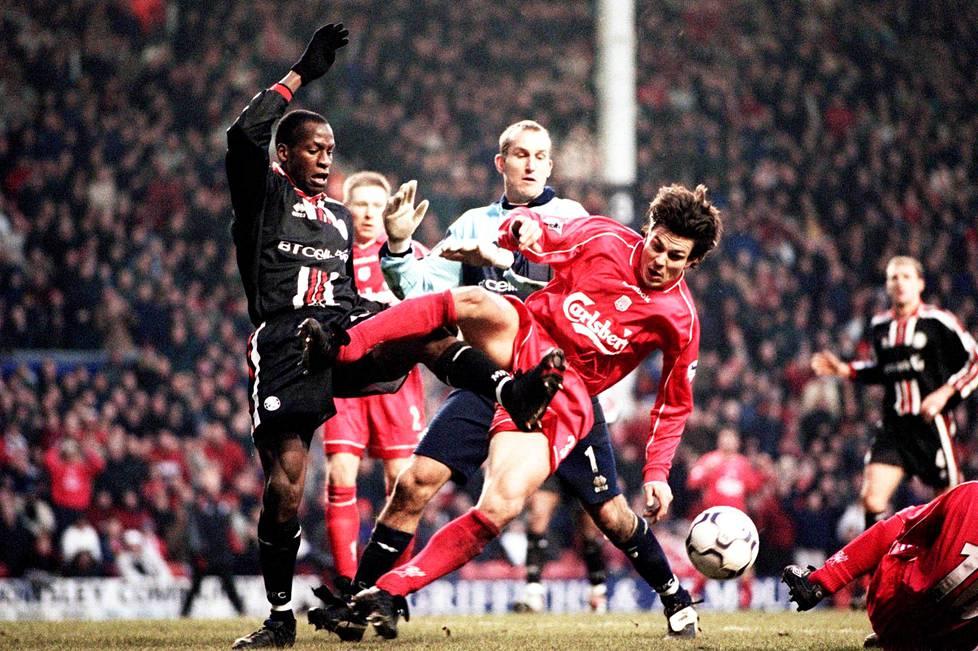 Middlesbroughin Ugo Ehiogu ja Mark Schwarzer väänsivät liigaottelussa Jari Litmasen kanssa tammikuussa 2001.