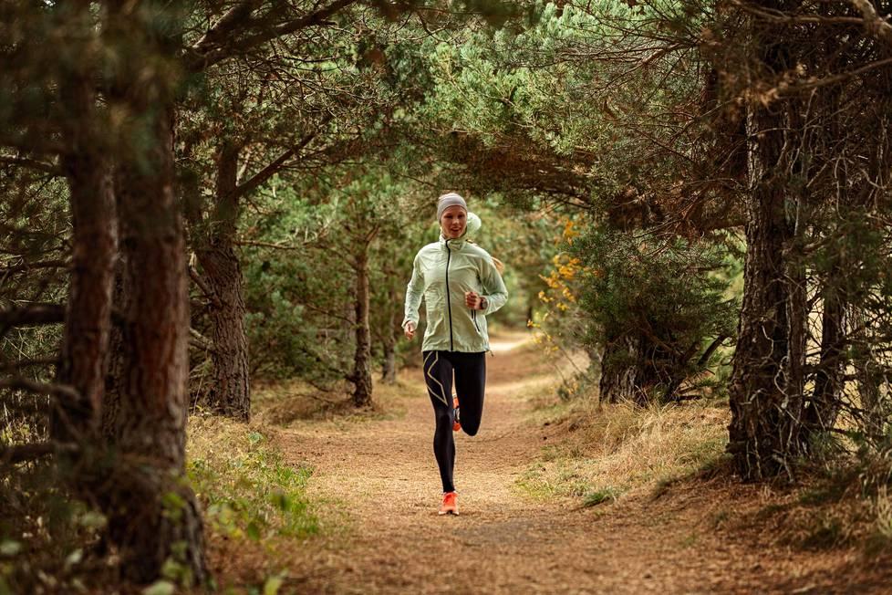 Noora Honkala lenkillä nykyisessä asuinpaikassaan Karvelasissa Kreikassa.