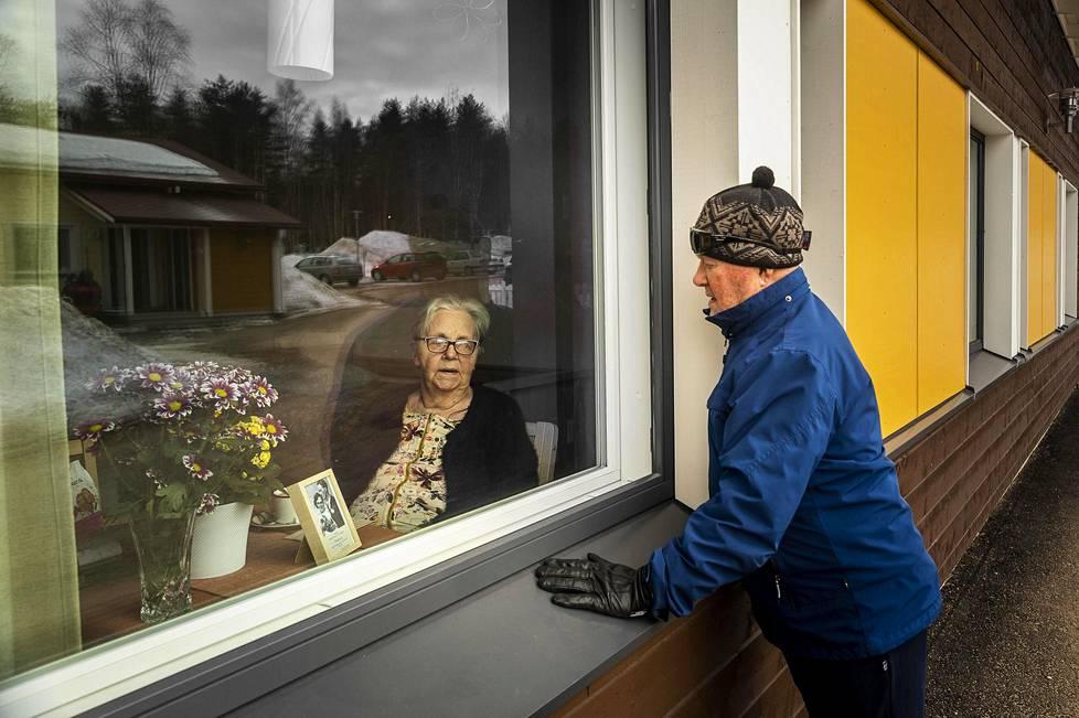 Toivo Makslahti, 90, vannoi päivittäin rakkauttaan hoivakodissa asuvalle vaimolleen Kaarina Makslahdelle. Pari vietti 65-vuotishääpäiväänsä ikkunan läpi, sillä koronavirusepidemia lopetti vierailut vanhusten hoivakoteihin. Covid-19 on ollut vaarallinen ikäihmisille.