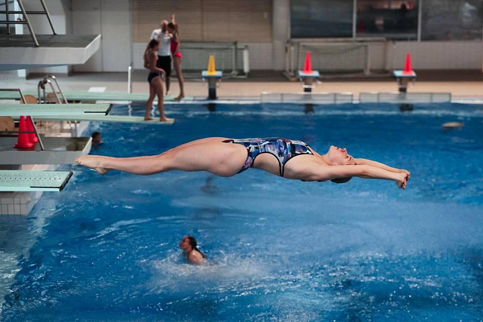 Lauren Hallaselkä hyppäsi kolmen metrin ponnahduslaudalta Mäkelänrinteen uimahallissa.