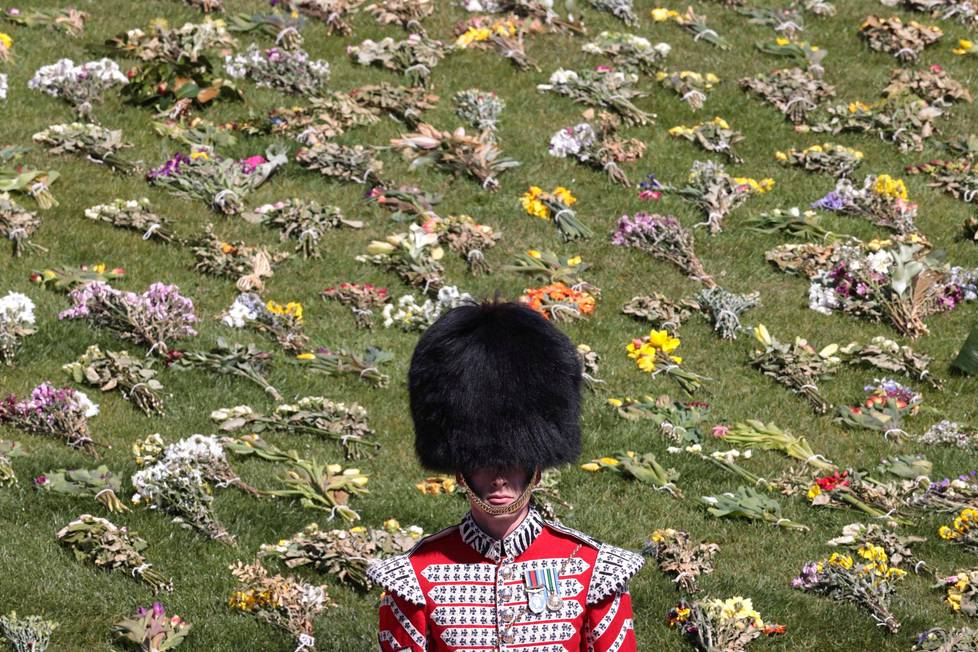 Sotilas seisoi kukkameren edessä prinssi Philipin hautajaisseremoniassa.