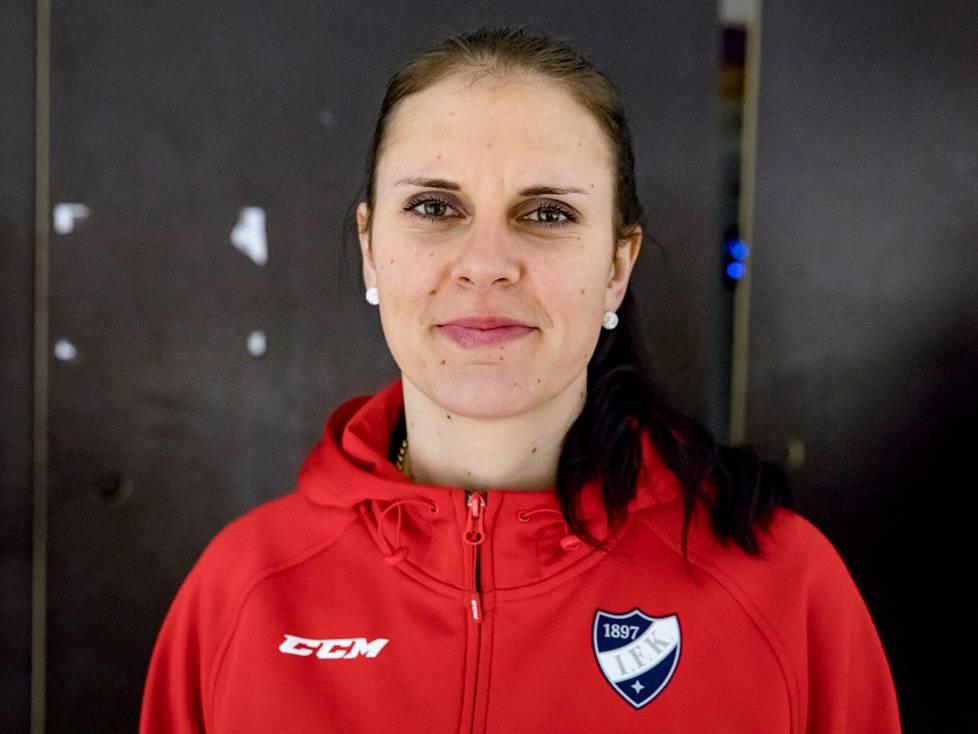 Saara Niemi arvioi ihmissuhdetaitojensa kehittyneen valmennustyössä. Kuvassa Niemi vuonna 2019 Malmin jäähallilla, jossa HIFK:n naisten joukkue harjoitteli.